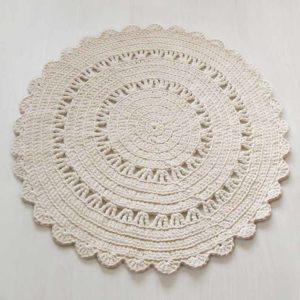 vaniljan värinen virkattu matto