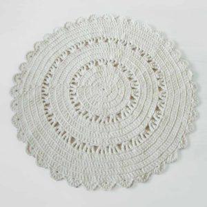 Klassinen valkoinen virkattu matto