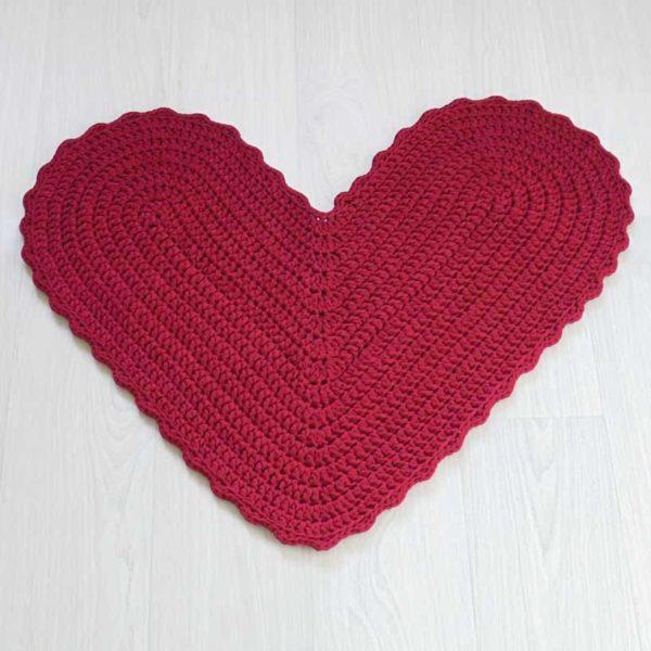 Käsityönä tehty punainen sydänmatto