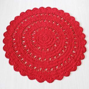 Klassinen punainen virkattu matto