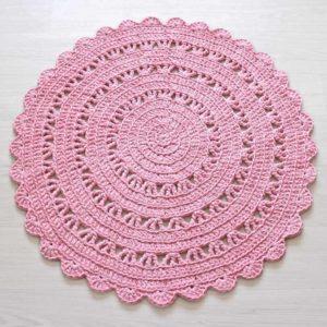 Pyöreä vaaleanpunainen virkattu matto