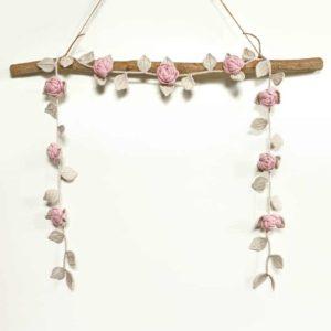Vaaleanpunaiset virkatut ruusut köynnös