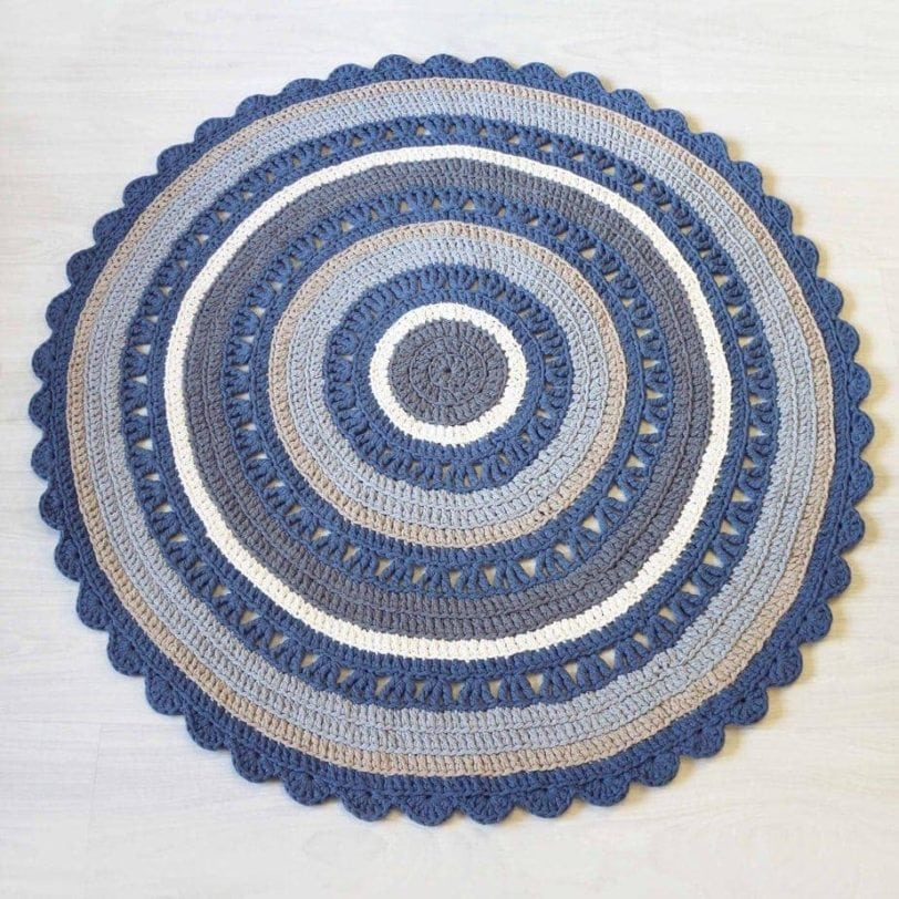 siniraitainen virkattu matto ontelokuteesta