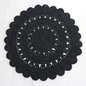 pieni pyöreä musta virkattu matto