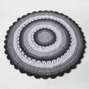 Harmaaraidallinen virkattu matto