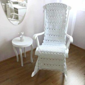 Valkoinen keinumatto sopii myös nojatuoliin