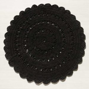 musta virkattu trikoomatto