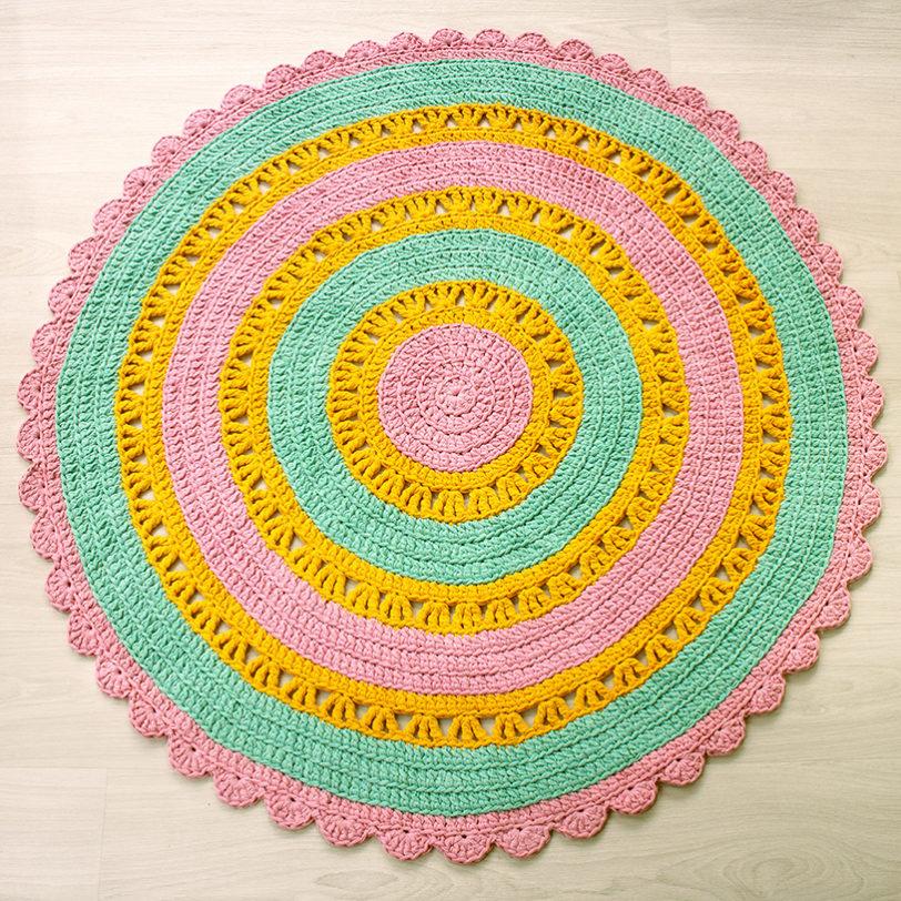 monivärinen virkattu pyöreä matto