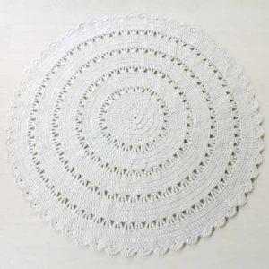 suuri valkoinen virkattu pyöreä matto