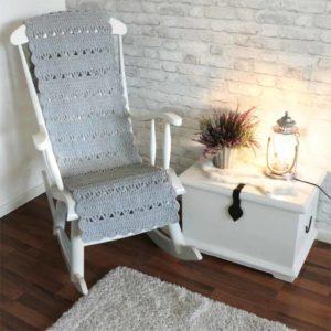 Vaaleanharmaa virkattu tuolimatto