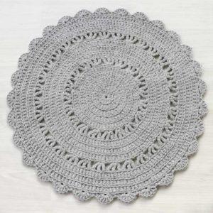 vaaleanharmaa pyöreä virkattu matto