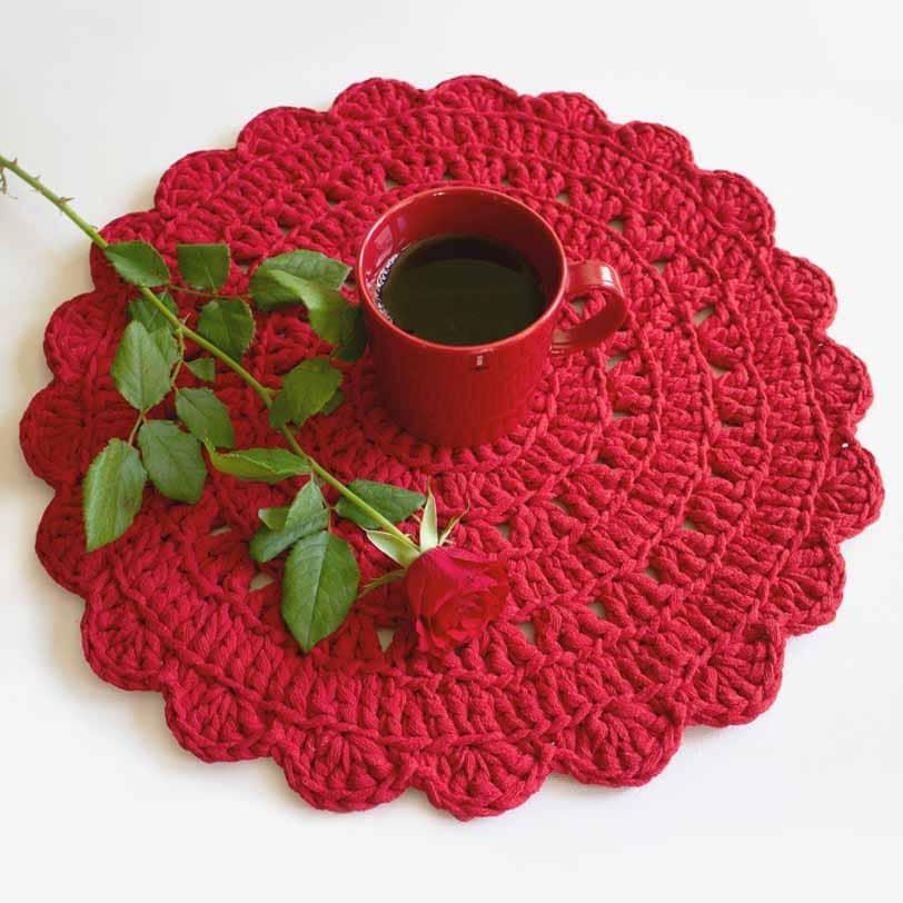 punainen virkattu pöytätabletti kahvihetkessä
