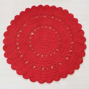 punainan pyöreä virkattu kuusimatto