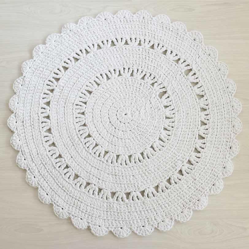 klassisen kaunis valkoinen virkattu matto