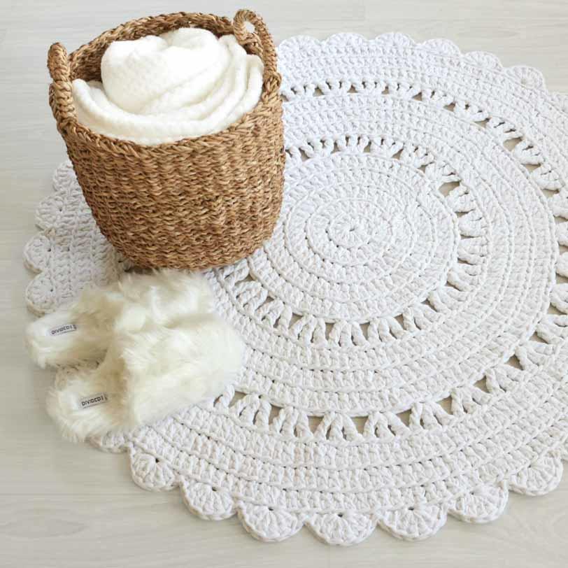 pyöreä valkoinen virkattu matto käytössä
