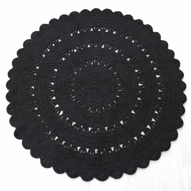 käytännöllinen musta virkattu matto