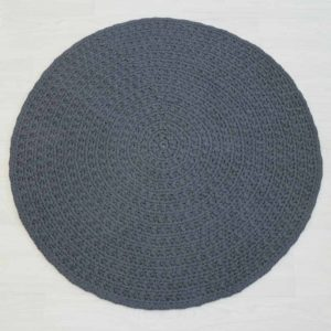 minimalistinen tummanharmaa matto