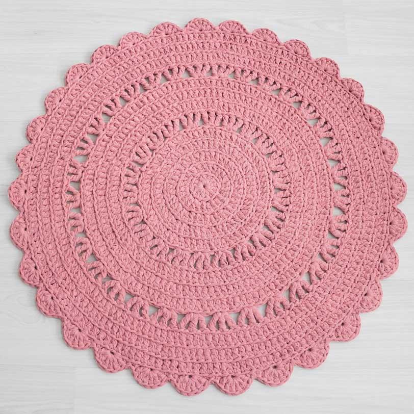 vaalean roosa virkattu matto