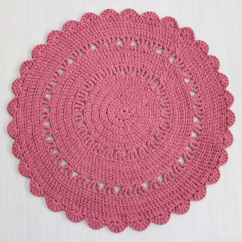 romanttinen tumma roosa virkattu matto