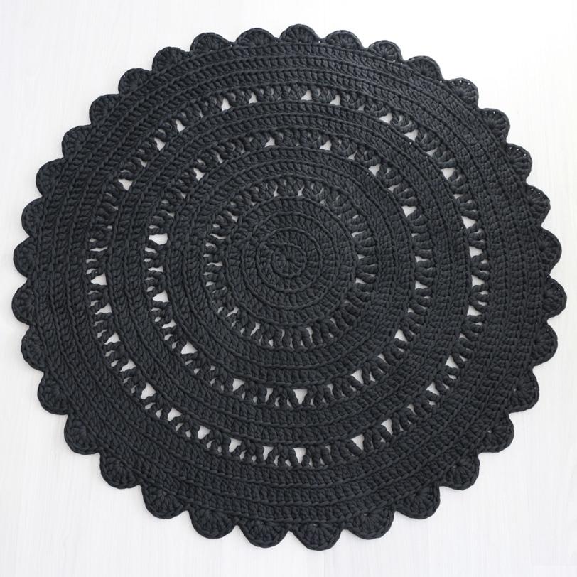 pyöreä musta virkattu matto moneen makuun