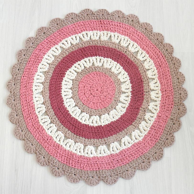 sievä pieni virkattu matto ruusuntuoksun väreissä