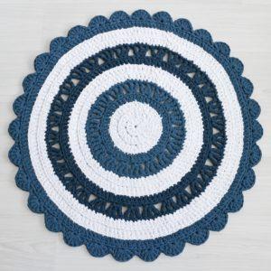 sinivalkoinen virkattu matto