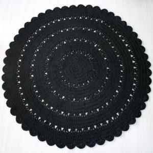 suuri musta pyöreä virkattu matto