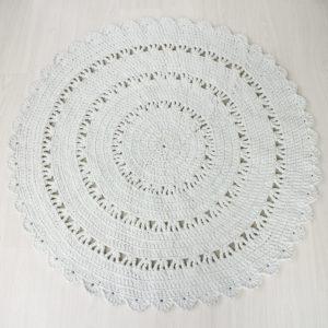 trikookuteesta virkattu valkoinen matto