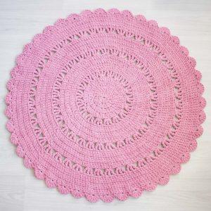 romanttinen vaaleanpunainen virkattu matto